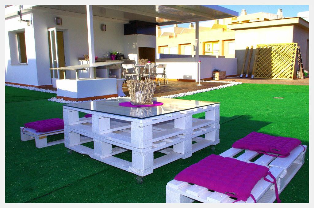 Puffs de pera y muebles de palets para jard n piscinas y - Palets decoracion jardin ...