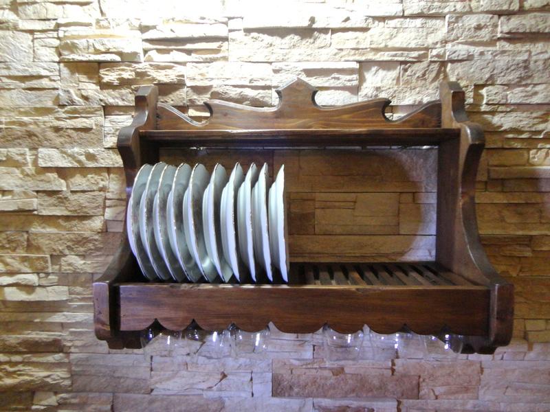 C mo decorar una cocina de estilo r stico for Armario platero cocina